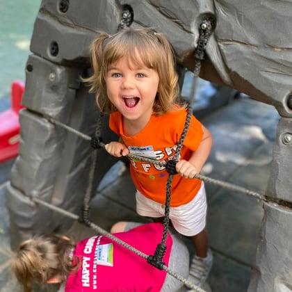 campamento de verano americano ingles niña feliz diversion