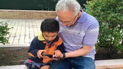 Abuelos le gustan demasiado las pantillas cuando cuidan los nietos